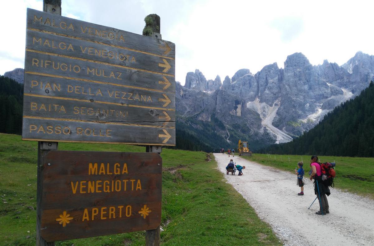 cartello con indicazioni di malga e sentieri lungo il sentiero