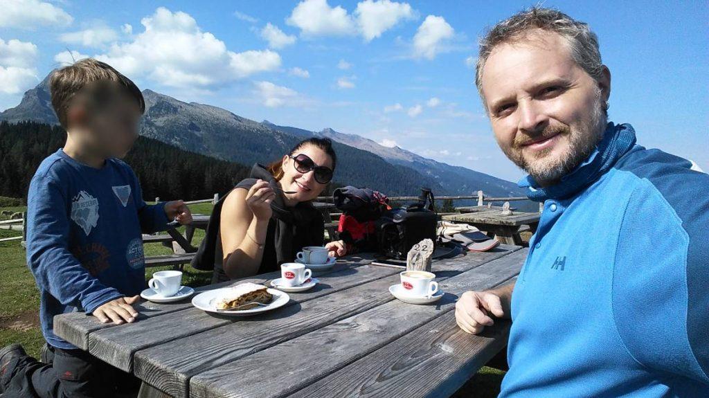 selfie tra le montagne a colazione