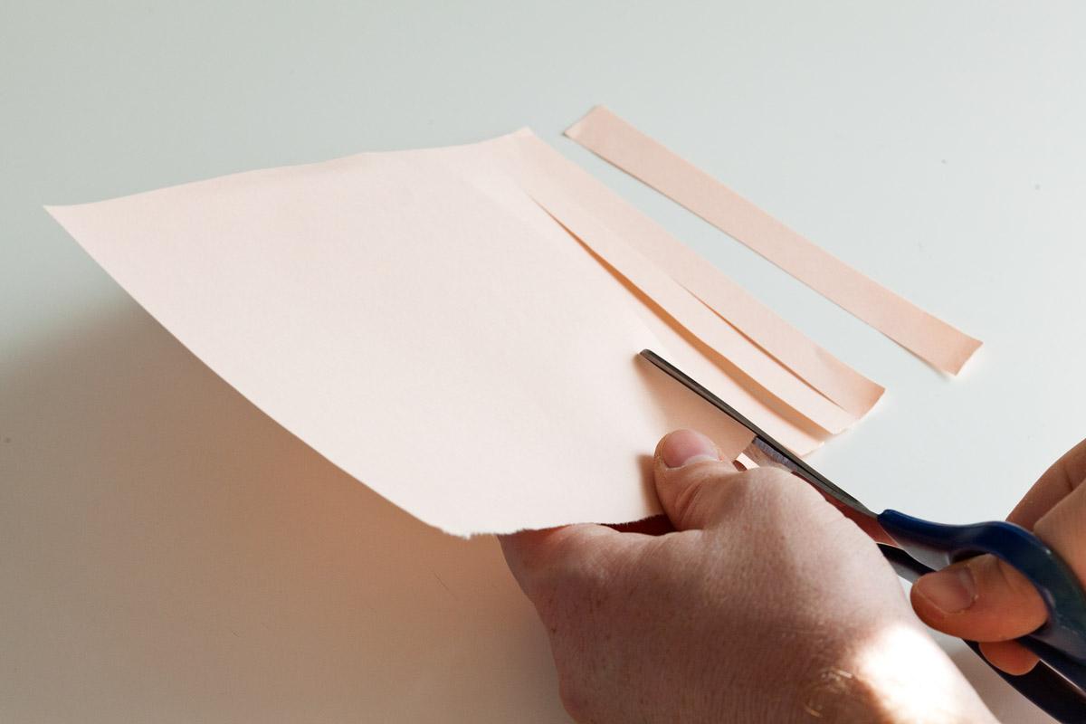 foglio che viene tagliato a listarelle