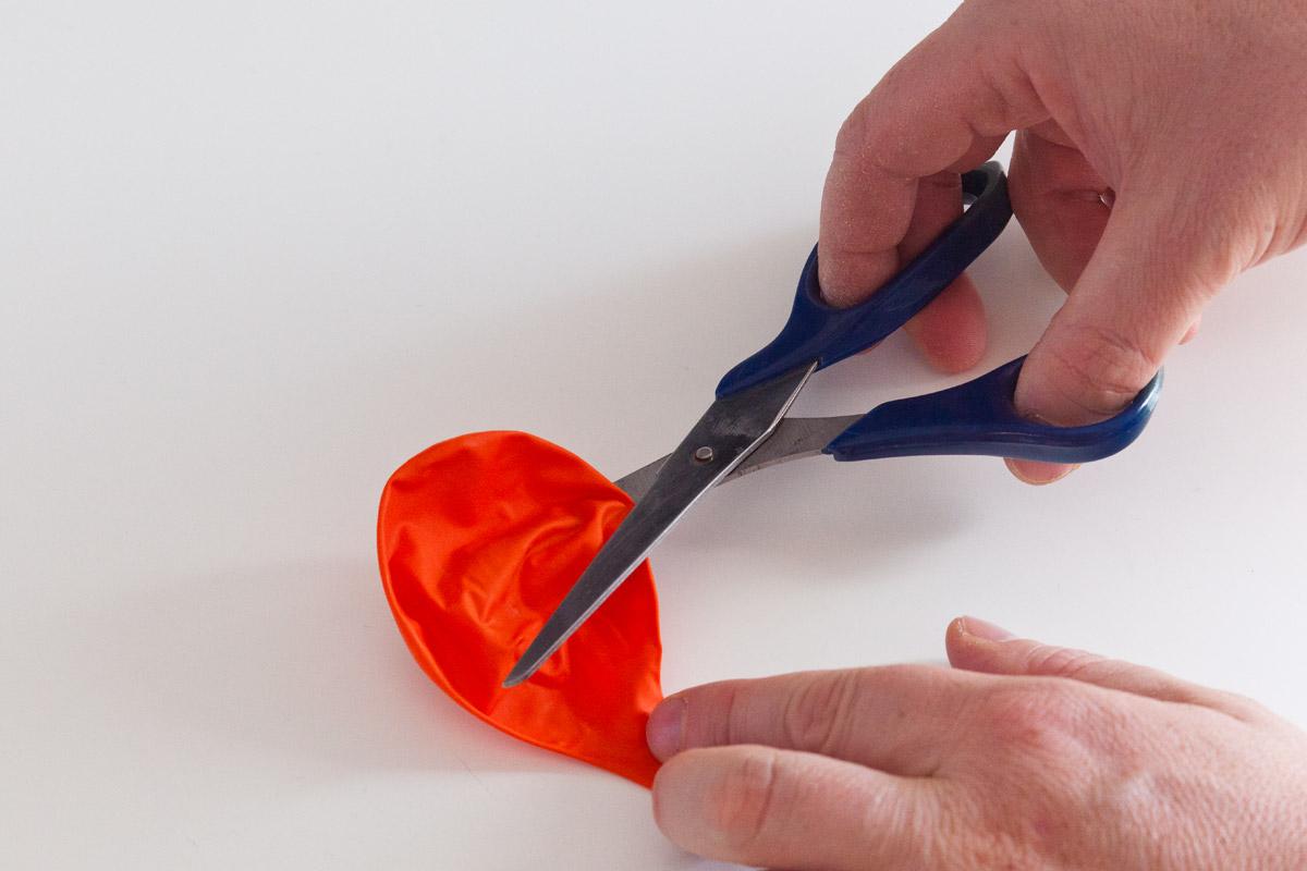 Forbice che taglia il palloncino