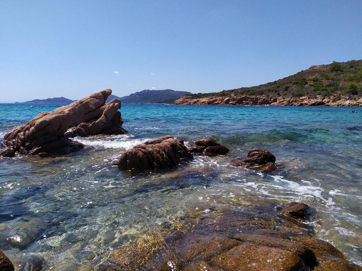 rocce sulla riva della spiaggia Plage d'acciaju