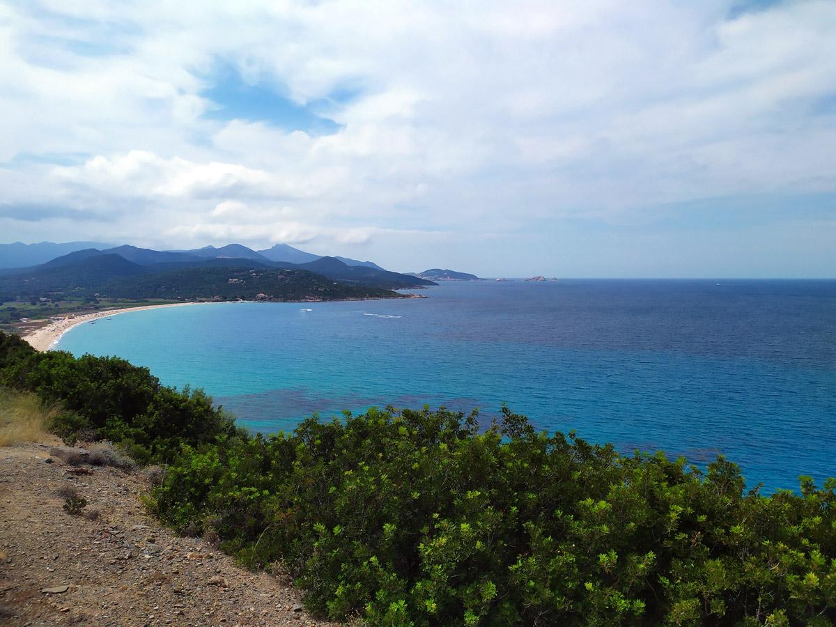 Panorama di una spiaggia vista dall'alto