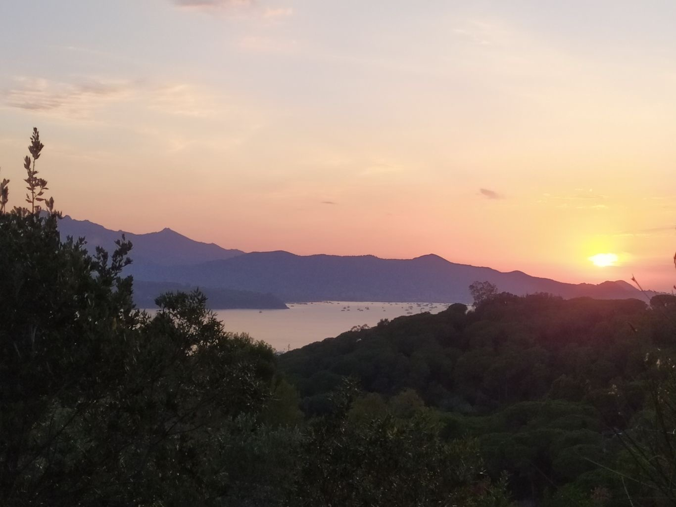Tramonto sul golfo di Portoferraio all'isola d'Elba visto dal camping Rosselba le Palme