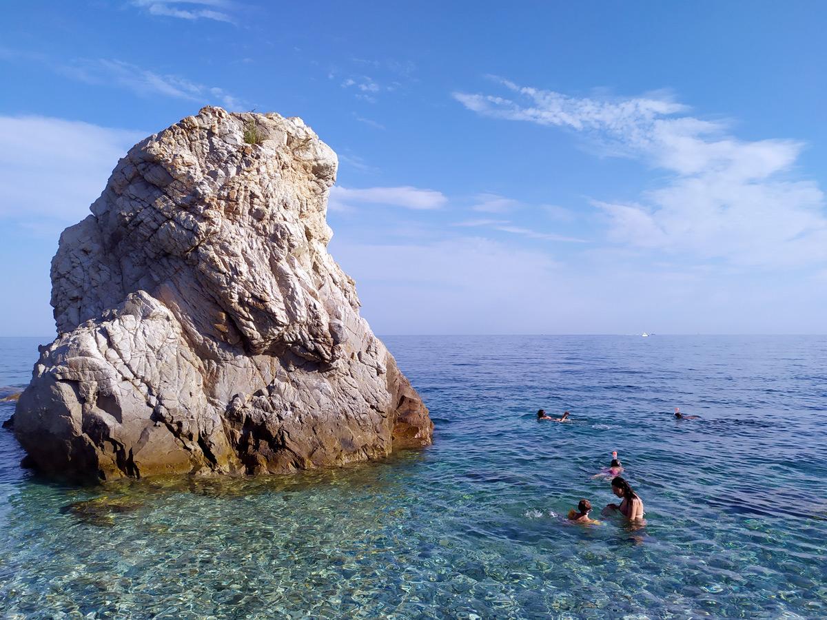 Roccia nel mare della spiaggia di Sansone.
