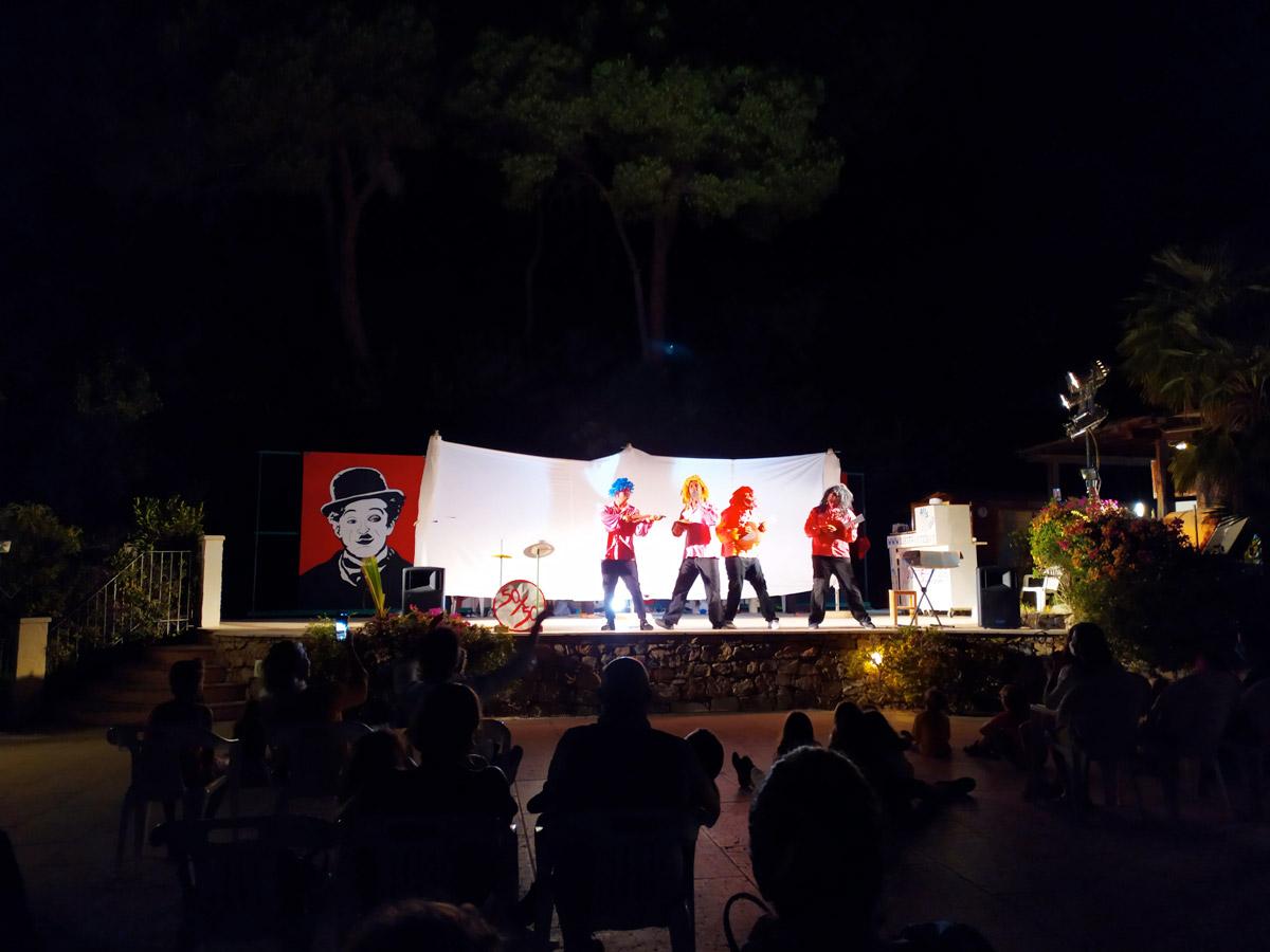 4 persone sul palco a fare spettacolo