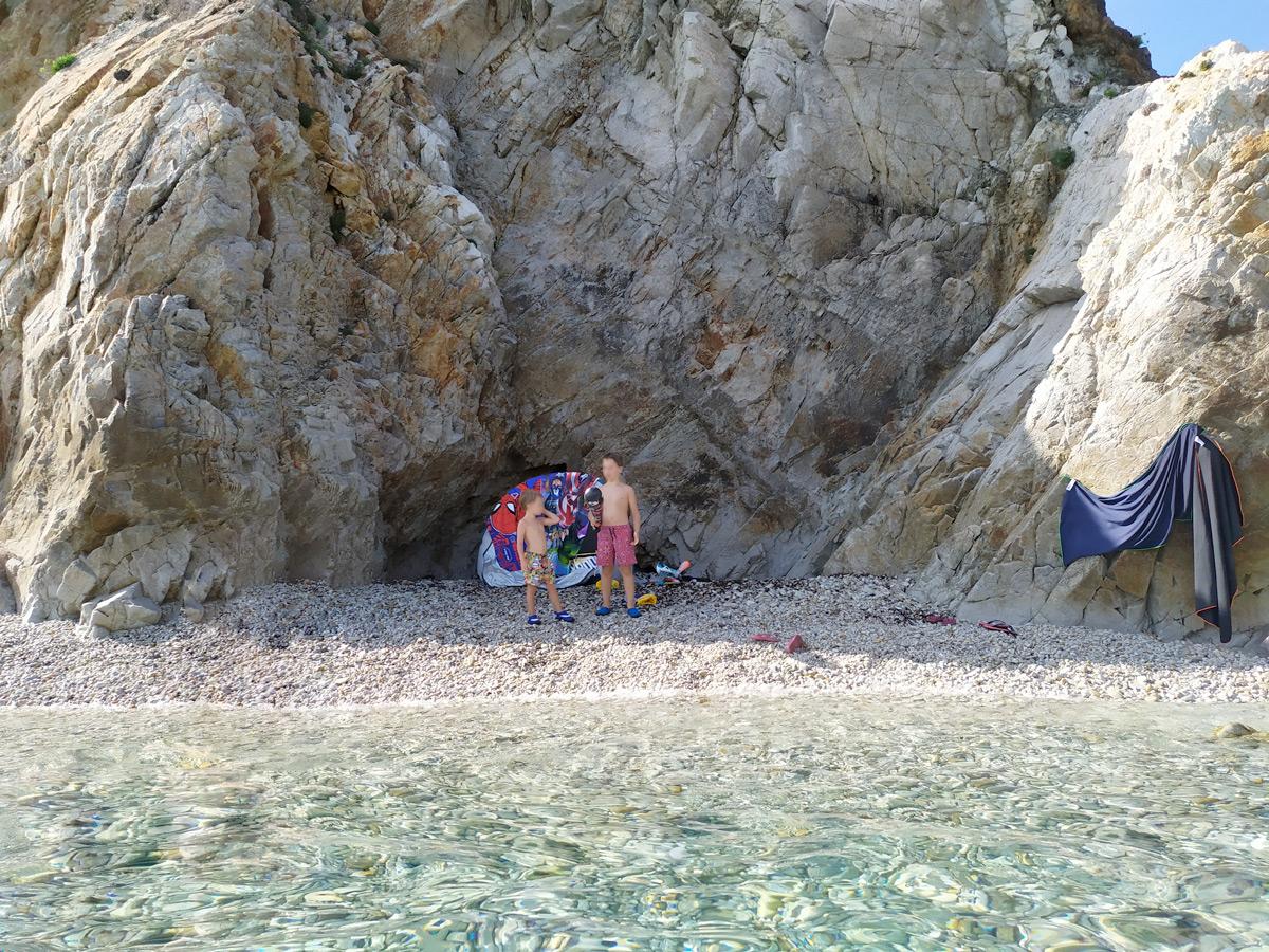 Insenatura tra le rocce con bambini