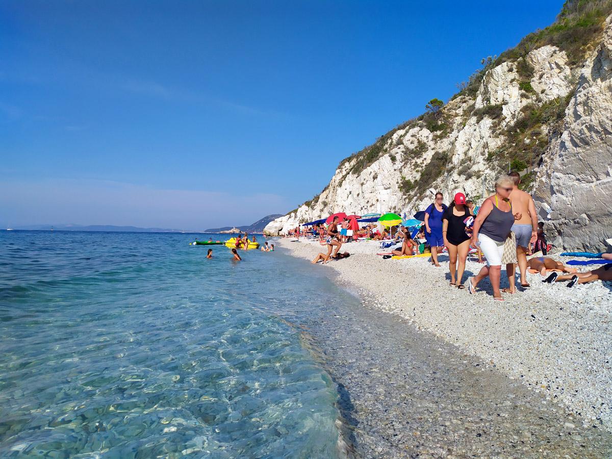 vista della spiaggia di Capobianco dal bagnasciuga