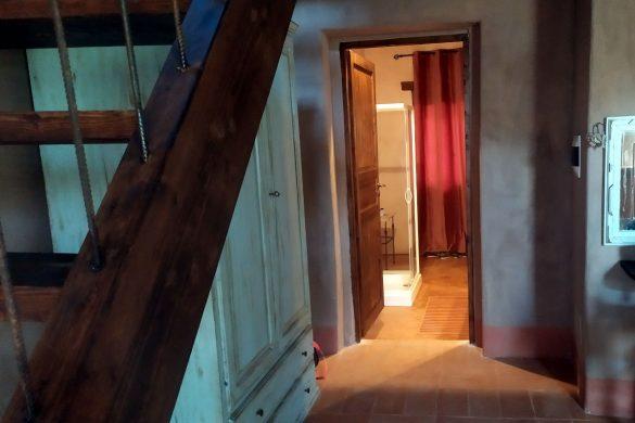 Vista del bagno dalla camera, con rampa di scale sulla sinistra
