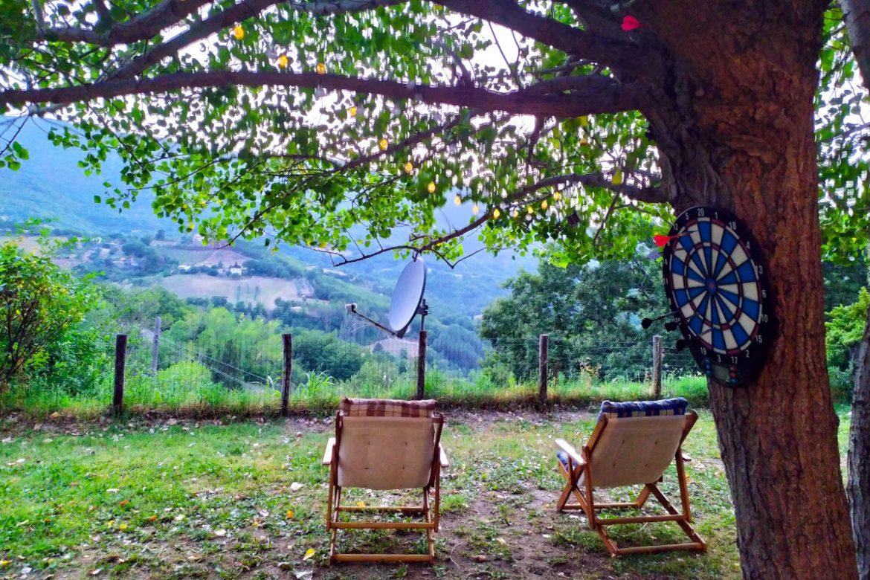 Sdraio per ammirare la vallata e un gioco delle freccerete su un albero dietro alle sdraio