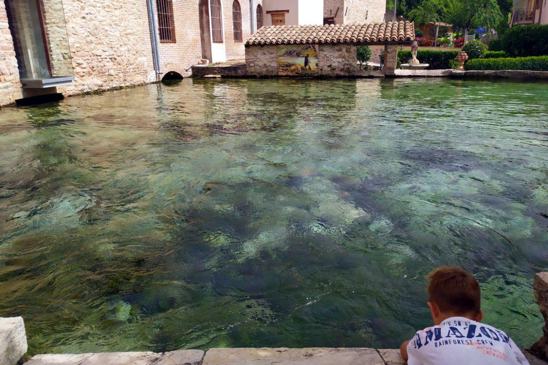Grande vasca di acqua nel paese